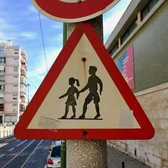 Lisbon 2018 – Portuguese children (Michiel2005) Tags: sign bord verkeersbord kinderen children waarschuwing warning belém lissabon lisbon lisboa portugal