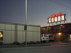 Aircrest Motel (Octavius Garcia) Tags: motel nightwalk washington fuji400h van road building sky