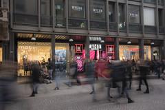 Corsa all'acquisto natalizio... (Renato Pizzutti) Tags: milano vetrine strada streetfotography people ombre mossofotografico shopping nikond750 renatopizzutti