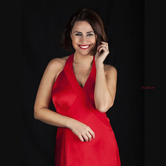 Dame un pintalabios rojo, que voy a comerme el mundo y quiero dejar marca. (dMadPhoto) Tags: retratos portraits singer dancer actress actriz bailarina cantante eyes glance mirada ojos smile sonrisa risa belleza beauty girls woman women madrid red rojo vestido dress pintalabios lipstick dmadphoto