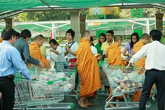 offering food to monks (the foreign photographer - ฝรั่งถ่) Tags: monks offering food shopping carts parking lot tesco lotus laksi store employees bangkhen bangkok thailand canon new years day