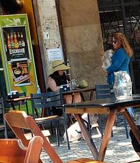 discretamente (lucia yunes) Tags: mulheres bar cenaderua fotografiaderua mobilephotographie mobilephoto streetphoto streetshot streetphotographie streetscene streetlife lifestreet lifestyle life botequim convivência conversadebotequim motoz3play luciayunes