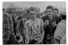 H39-9 Rock Against Racism 1978 (hoffman) Tags: protest racistsantiracists rockagainstracismconcert rar lmhr punk youth concert music antinazileague antiracist politics political anl victoriapark activism fashion style punks clothing dress young rebellious 181112patchingsetforimagerights davidhoffman wwwhoffmanphotoscom