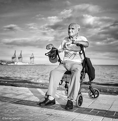 Retratos Paseo Marítimo (HoustonHVAC170) Tags: man walker zimmer frame sit rest resting sea harbour boulevard promenade street photography elderly urban portrait monochrome black white blackandwhite