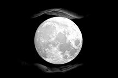 Los sueños y la luna (Osruha) Tags: luna lluna moon sueños somnis manos mans hands blancoynegro blancinegre blackandwhite bw bn bnw monocromo monocrom monochrome nikon nikonistas nikond750 d750 dreams