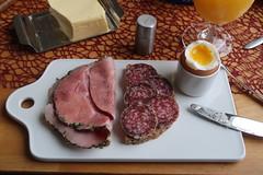 Kräuterschinken und Salami auf Dinkeldosenbrot zum Frühstücksei (multipel_bleiben) Tags: essen frühstück brot ei wurst schinken schweinefleisch salami
