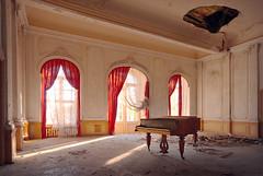 Das sonnige Schloss (5) (david_drei) Tags: lostplace abandoned decay piano klavier flügel