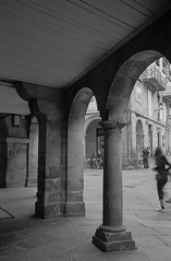 Santiago de Compostela. (fcuencadiaz) Tags: analogica fotografiaargentica fotografiaquimica 35mm telemétricas rangefinder leica leicaiiia objetivosfijos objetivosmanuales summitar galicia santiagodecompostela tmax400 pueblosespaña plustek pelicula paisajesurbanos byw blancoynegro reveladomanual reveladoquimico