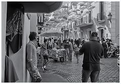 Fotografía Callejera (Street Photography) (Samy Collazo) Tags: pentaxauto1101978 pentax11018mmf28 pentaxmini pentax 10format formato110 smallformat formatopequeño sanjuan oldsanjuan viejosanjuan puertorico streetphotography fotografiacallejera bn bw