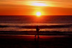 Il pianeta rosso (meghimeg) Tags: 2019 dianomarina alba sunrise sole sun mare sea acqua rosso red rot rojo donna woman sacchetto bag controluce backlight