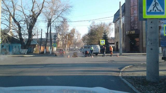 На перекрестке у универмага в Сызрани идет ремонт колодца
