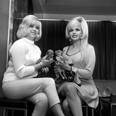 Diana Dors en Jayne Mansfield (poedie1984) Tags: jayne mansfield vera palmer blonde old hollywood bombshell vintage babe pin up actress beautiful model beauty hot girl woman classic sex symbol movie movies star glamour girls icon sexy cute body bomb 50s 60s famous film kino celebrities pink rose filmstar filmster diva superstar amazing wonderful photo picture american love goddess mannequin black white mooi tribute blond sweater cine cinema screen gorgeous legendary iconic diana dors dog boobs legs jurk dress