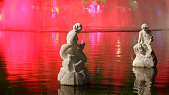 Christmas in red! (Julio Pinon) Tags: red light sculpture statue lake errejota carioca canon icaraí niterói riodejaneiro brazil brasil christmas natal water