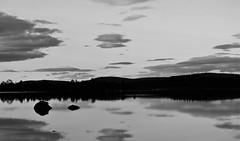 IMG_0719 (www.ilkkajukarainen.fi) Tags: yö night järvi lake suomi finland finlande eu europa scandinavia lappland lappi arcticcircle inari ukonjärvi monochrome mustavalkoinen blackandwhite