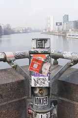 Stick it (JaMu98) Tags: aufkleber streetart germany rotebrücke wasser spree sticker berlin oberbaumbrücke
