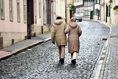 Spaziergang (r.wacknitz) Tags: blankenburg harz altstadt fachwerk kopfsteinpflaster cobblestone people wintermood sachsenanhalt