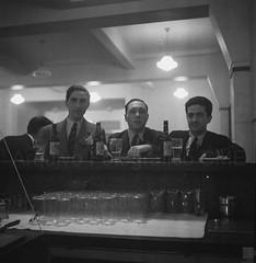 Homens ao balcão no Café Arcada (Arquivo Fotográfico | Câmara Municipal de Évor) Tags: évora homem café davidfreitas nitratefilm negativodenitrato copo cerveja sagres amizade