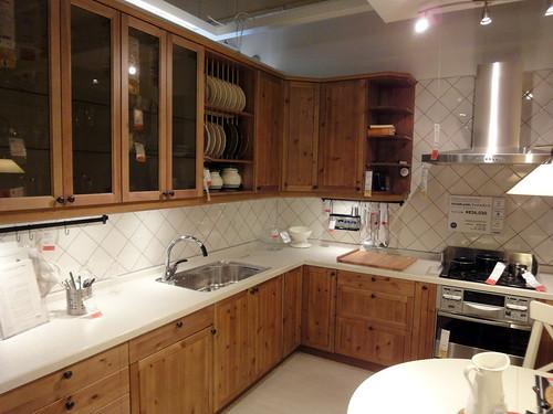 パイン材の節が特徴のカントリー風イケアのキッチンと題した写真