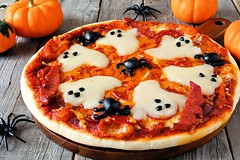 Domowa pizza z duszkami idealna na Halloween (mmanuals) Tags: halloween pizza food ghost spooky cheese spider holiday fun party seasonal lunch background decorated dinner celebration kids olives autumn snack tomato sauce treat homemade wooden scary meal meat wood red rustic creepy black fall traditional october culture old orange one single pepperoni closeup sideview pumpkin table scene stilllife decor