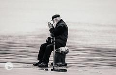 Junto al Mar (II) (Jesús Hermosa) Tags: 75300mm agua bn bw bahia bay blancoynegro cantabria españa hombre man mar santander sea sonya200 sonyalpha spain water