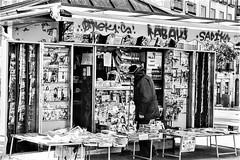 Quiosco. (parnas) Tags: kiosk latina madrid españa spain zwartwit blackandwhite blackwhite analoog film ilforddelta straat streetphotography