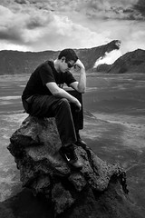 The foreign thinker, Bromo, Indonesia (pas le matin) Tags: landscape paysage travel world sky ciel clouds nuages montagne mountain rock rocher thethinker lepenseur bromo indonesia indonésie asia asie southeastasia man homme touriste sunglasses canon 7d canon7d canoneos7d eos7d bw nb blackandwhite noiretblanc monochrome