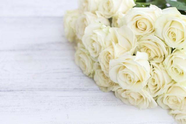 Обои цветы, розы, букет, white, белые, бутоны, wood, flowers, roses картинки на рабочий стол, раздел цветы - скачать