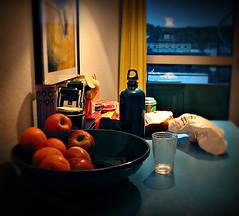 Orange(n)blau (Maquarius) Tags: obstschale orangen trinkglas wasserflasche tüte tisch