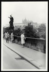 Archiv S8 Karlsbrücke, Johannes der Täufer, Prag, 1950er (Hans-Michael Tappen) Tags: archivhansmichaeltappen altecssr tschechien ostblockzeit 1950s 1950er prag stadtgeschichte geschichte architektur baustil history altečssr prague karlsbrückeprag johannesdertäufer statue