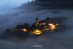 NIEBLAS SOBRE EL VALLE DE ARAMAIO (Javier Girbés) Tags: aramaio nieblas foggy vasquecountry paísvasco amanecer fog town misty mountain javiergirbés canon6d