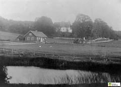 tm_6233 - Velinga (Tidaholms Museum) Tags: svartvit positiv stuga landsväg exteriör kyrka velinga poorcottage