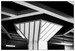 Linien | lines (frodul) Tags: line abstrakt architektur detail diagonale gebäude gestaltung innenansicht konstruktion linie säule hannover licht ubahnstation steintor lampe weis bw einfarbig monochrom sw niedersachsen deutschland