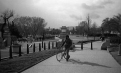 Washington DC - Avril 2016 (Maestr!0_0!) Tags: noir blanc black white rue people candid bike urban washintgton dc konica hexar trix kodak film pellicule analogique analog