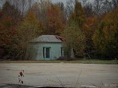 La cabane au fond du jardin. (Renaud49) Tags: cabane btiment abandonné ruine automne parc
