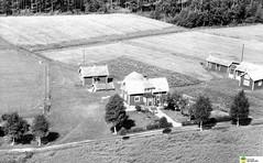 tm_5994 (Tidaholms Museum) Tags: svartvit positiv fotografier gård bostadshus landskap flygfoto