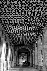 There is something in the middle. It was a Flamenco dance. (HansPermana) Tags: sevilla seville spain spanien españa iberianpeninsula andalusia alandalus eu europe europa südeuropa southerneurope plazadeespaña blackandwhite architecture november 2018 herbst autumn