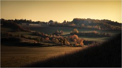 Herbstphantasie (linke64) Tags: thüringen deutschland germany gebäude gras gegenlicht natur landschaft himmel hügel herbst bäume baum berge häuser felsen schatten phantasie licht büsche rahmen