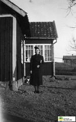 tm_6090 (Tidaholms Museum) Tags: svartvit positiv stuga bostadshus exteriör byggnad trädgård cottage garden kvinna porträtt woman