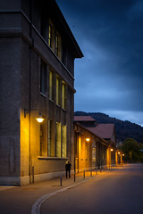 Streetfotografie während der blauen Stunde (Beutler Daniel) Tags: selve thun streetphotography dämmung street streetfotografie nachtaufnahme bluehour blauestunde svizzera suisse schweiz