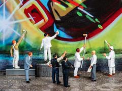Tiny people - Abnahme der neunen Stadtverschönerung (J.Weyerhäuser) Tags: 187 grafitti h0 kunst maler preiser tinypeople