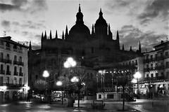 Plaza Mayor, Segovia. (parnas) Tags: plazamayor segovia spain españa availablelight avond nighttime streetphotography straat cathedral zwartwit blackandwhite blackwhite analoog film ilforddelta