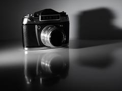 EXA 1b (Panasonikon) Tags: panasonikon gvario1260 exa1b blitz flash kamera camera technik carlzeiss analog reflexion panasonic dmcg81 bw