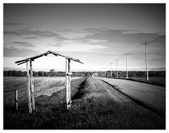 _DSF2032-Mr-2 (gillesporlier) Tags: horizon door porte route path ciel sky monochrome paysage landscape nikon poteau pole champs fields nuage cloud