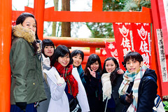 High School Girls at Sasuke Inari-jinja Shrine, Kamakura : 鎌倉・佐助稲荷神社にて女子高生たち (Dakiny) Tags: 2018 winter december japan kanagawa kamakura sasuke nikon d750 woman girl people portrait street woman girl