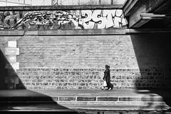 Rue Proudhon (erichudson78) Tags: france iledefrance paris12ème rueproudhon streetphotography scènederue blackandwhite nb bw canoneos5d canonef24105mmf4lisusm paysageurbain urbanlandscape silhouette femme woman graffiti rue street ville town mur wall ombre shadow noiretblanc loneliness solitude alone seule