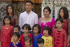 petite famille birmane (Patrick Doreau) Tags: portrait asiatique femme woman asian birman myanmar birmanie bagan sourire smile beauté beauty burma famille family cérémonie fête pagode man enfant child