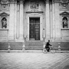 Milano - Bike (FabrizioBarbieri) Tags: milano milan hp5 ilfordhp5 rolleiflex rollei ishootfilm film filmphotografy filmisnotdead analogico analog analogue fotografiaanalogica bike street streetphotography