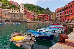 Vernazza (fredo f) Tags: vernazza italia italie liguria ligurie cinqueterre mer sea méditerranée port harbor bateau boat barque eglise church village
