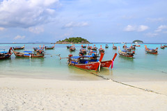 Long-tail boats moored at sunrise beach on Koh Lipe (B℮n) Tags: kolipe kohlipe เกาะหลีเป๊ะ kohlippy adangrawi archipelago ploysiam speedboat national park kohturatao koturatao kohlipeh nationalparkkohtarutao tarutao bounty island thailand anadamansea sandy beach pakbara marinepark snorkling adang rawi tourism vacation holiday coral reef tropical nemo chaolay boat palmtree coconuts crystal clear water seawater siam longtail province satun blue thai sunrise sunbathing lowseason rainyseason relax paradise swimming salisaresort pijnboom kohusen palm tree rope working man unloading carry weight men carrying heavy boats 50faves topf50 100faves topf100 200faves topf200