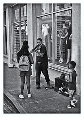 Fotografía Callejera (Street Photography) (Samy Collazo) Tags: pentaxauto1101978 pentax11024mmf28 pentaxmini aristaedu100 110format formato110 pequeñoformato smallformat 16mm 110cartridge cartucho110 sanjuan oldsanjuan viejosanjuan puertorico bn bw streetphotography fotografiacallejera